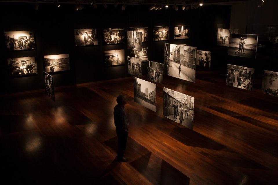 Installationshot: Koen Wessing: Indelible Images, Gam, Santiago, Chile (08/03 - 30/04/2011)