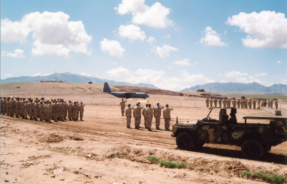 Salute at Camp Holland for the dead Private First Class Azdin Chadli on his flight home.// Uruzgan, Afghanistan 08.04.2009