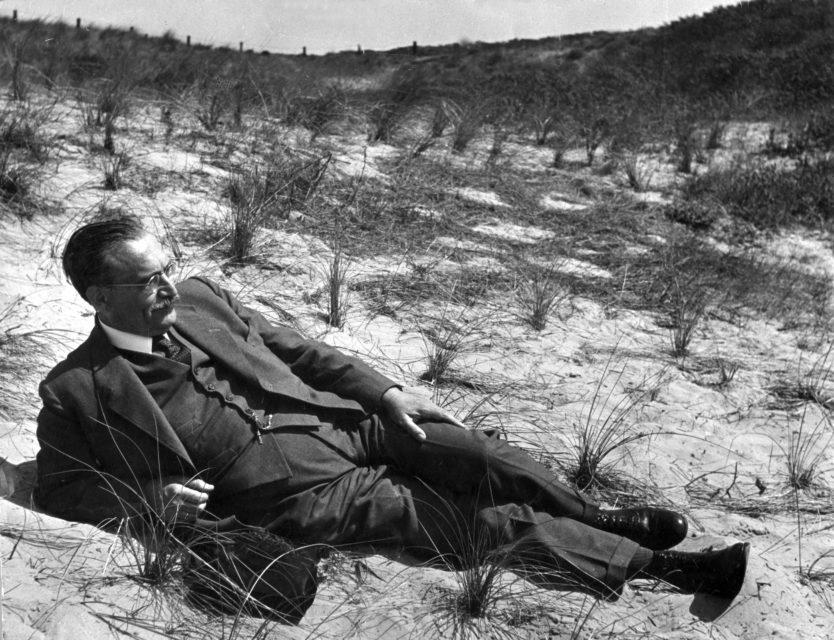 Henk Nieuwenhuijs, Willem Drees liggend in een duinpan Scheveningen, circa 1949, Nationaal Archief